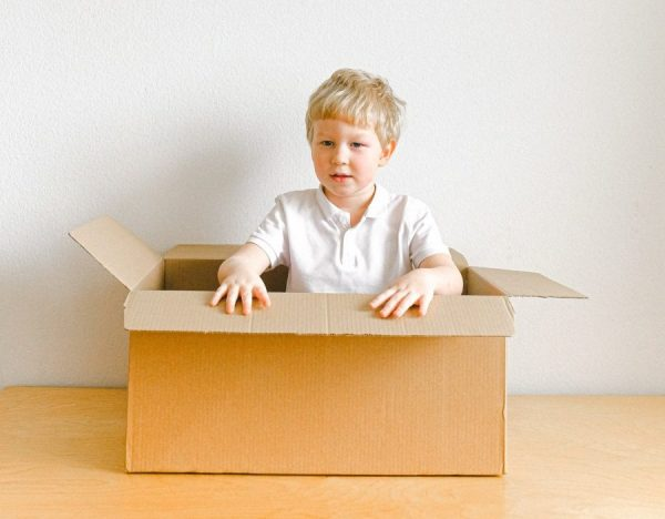 dečak-bela-majica-kartonska-kutija